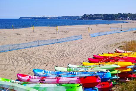 カラフルなカヌーとビーチバレーコートがある海岸の風景の写真素材 [FYI01221799]