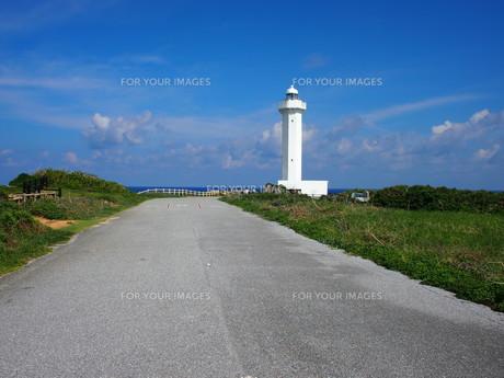 海への一本道と灯台の写真素材 [FYI01221890]