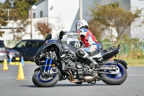 コーナーリング中の三輪バイクの写真素材 [FYI01222021]