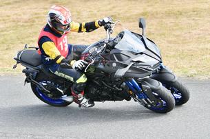 コーナーリング中の三輪バイクの写真素材 [FYI01222022]