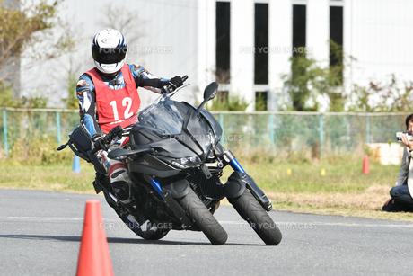 コーナーリング中の三輪バイクの写真素材 [FYI01222023]