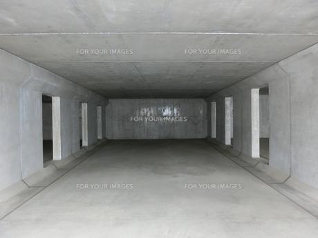 横位置のコンクリートに囲まれた空間の写真素材 [FYI01222068]
