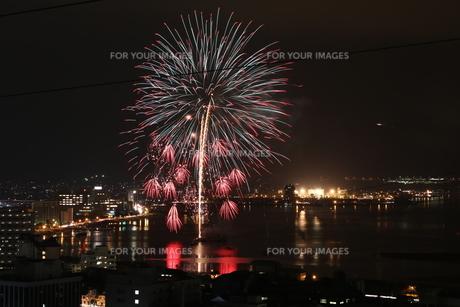 夏の夜空を彩る諏訪湖の花火の写真素材 [FYI01222187]
