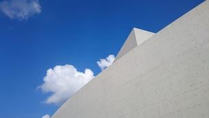 青空と雲とコンクリートの写真素材 [FYI01222226]