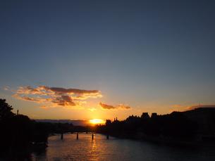 セーヌ川に沈む夕日の写真素材 [FYI01222234]