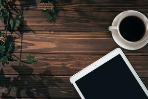 葉っぱの観葉植物とiPadとコーヒーカップの写真素材 [FYI01222624]