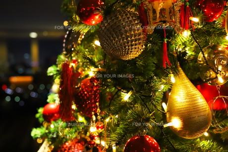 クリスマスツリー 赤や金色のオーナメントの写真素材 [FYI01222718]
