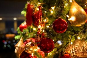 クリスマスツリー 赤や金色のオーナメントの写真素材 [FYI01222719]