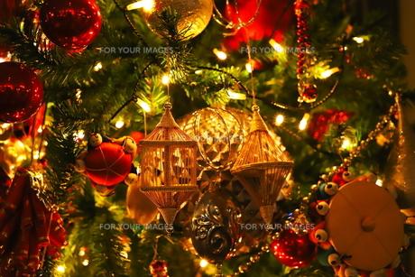 クリスマスツリー 赤や金色のオーナメントの写真素材 [FYI01222720]