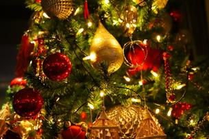クリスマスツリー 赤や金色のオーナメントの写真素材 [FYI01222721]
