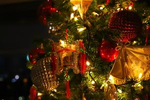 クリスマスツリー 赤や金色のオーナメントの写真素材 [FYI01222722]