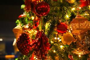 クリスマスツリー 赤や金色のオーナメントの写真素材 [FYI01222726]