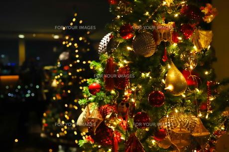 クリスマスツリー 赤や金色のオーナメントの写真素材 [FYI01222730]