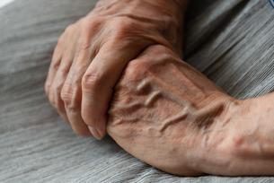 シニアの女性の手の写真素材 [FYI01222733]