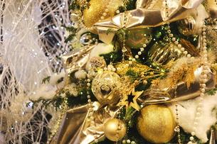 クリスマスツリー シルバーとゴールドのデコレーションの写真素材 [FYI01222736]