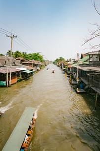 タイランドの水上マーケットの写真素材 [FYI01222750]