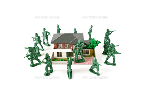 ミニチュアの家を囲んで守る兵士の写真素材 [FYI01222772]