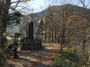 山の中の石碑の写真素材 [FYI01222773]
