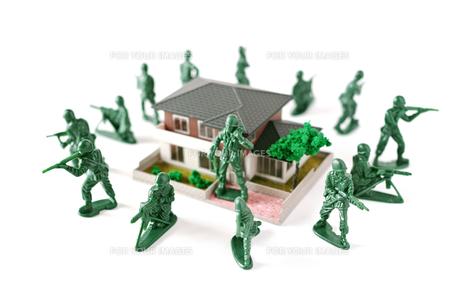 ミニチュアの家を囲んで守る兵士の写真素材 [FYI01222776]