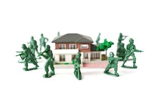 ミニチュアの家を囲んで守る兵士の写真素材 [FYI01222780]