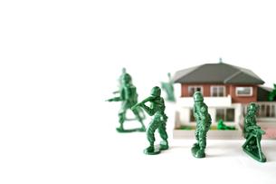ミニチュアの家を囲んで守る兵士の写真素材 [FYI01222781]