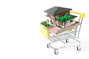 ミニチュアのショッピングカートに載せた家の写真素材 [FYI01222785]