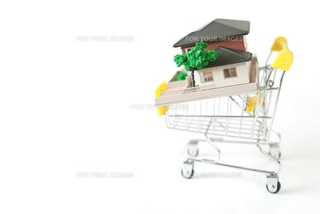 ミニチュアのショッピングカートに載せた家の写真素材 [FYI01222786]