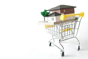 ミニチュアのショッピングカートに載せた家の写真素材 [FYI01222787]
