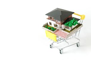 ミニチュアのショッピングカートに載せた家の写真素材 [FYI01222788]