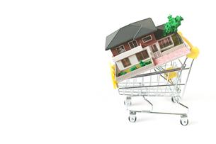 ミニチュアのショッピングカートに載せた家の写真素材 [FYI01222791]