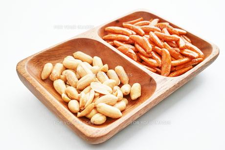 木の皿に盛った柿の種とピーナッツの写真素材 [FYI01222817]