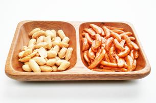 木の皿に盛った柿の種とピーナッツの写真素材 [FYI01222818]