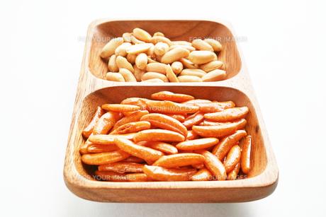 木の皿に盛った柿の種とピーナッツの写真素材 [FYI01222819]