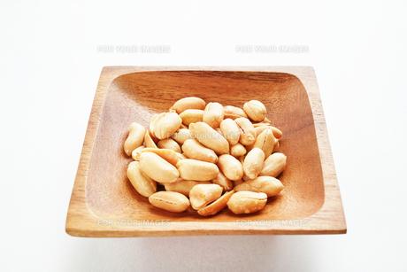 木の皿に盛ったピーナッツの写真素材 [FYI01222820]