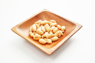 木の皿に盛ったピーナッツの写真素材 [FYI01222821]