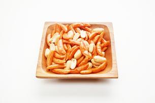 木の皿に盛ったピーナッツ入りの柿の種の写真素材 [FYI01222825]