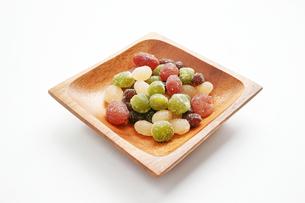 木の皿に盛った甘納豆の写真素材 [FYI01222826]