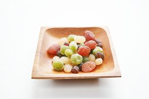 木の皿に盛った甘納豆の写真素材 [FYI01222827]