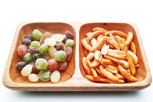 木の皿に盛ったピーナッツ入りの柿の種と甘納豆の写真素材 [FYI01222828]