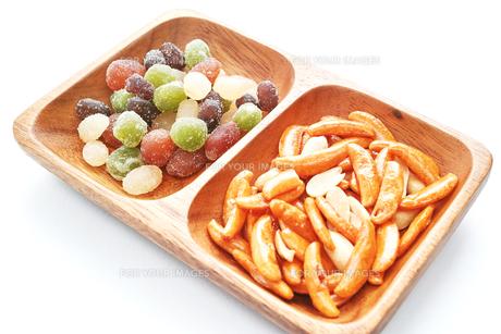 木の皿に盛ったピーナッツ入りの柿の種と甘納豆の写真素材 [FYI01222829]