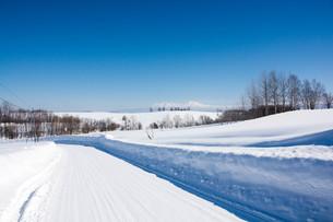 雪道と青空と雪山 大雪山の写真素材 [FYI01222924]