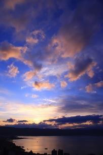 立石公園から見た諏訪湖の夕暮れの写真素材 [FYI01222988]