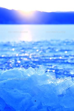 諏訪湖の冬景色 光輝く氷の写真素材 [FYI01223003]
