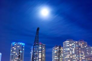 タワーマンション群と薄雲にぼんやり霞んだ満月の写真素材 [FYI01223043]
