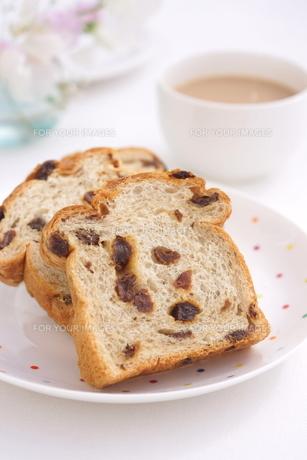 ぶどうパンの朝食の写真素材 [FYI01223059]