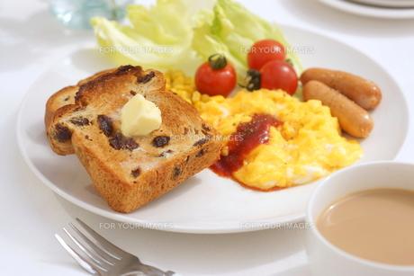 ぶどうパンとスクランブルエッグの朝食の写真素材 [FYI01223061]