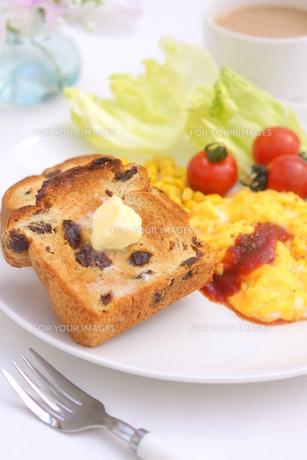 ぶどうパンとスクランブルエッグの朝食の写真素材 [FYI01223062]