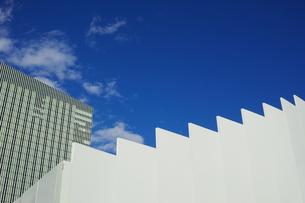 段々のついた仮囲いフェンスと青空の写真素材 [FYI01223070]