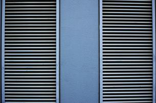 ルーバーパネルのある外壁の写真素材 [FYI01223072]