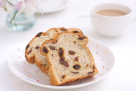 ぶどうパンの朝食の写真素材 [FYI01223073]
